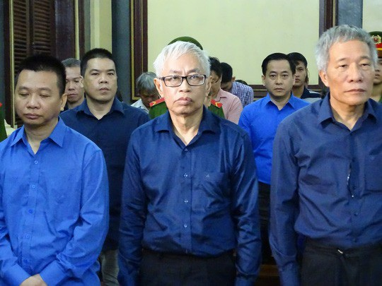 Bị cáo Trần Phương Bình (giữa) tại phiên xét xử