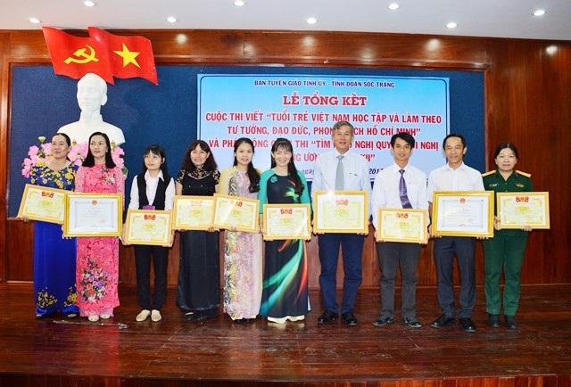 Thiếu tá Lệ Hằng (ngoài cùng bên phải) trong một lần nhận giải cuộc thi viết về tấm gương đạo đức Hồ Chí Minh.