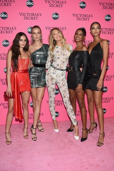 Dàn siêu mẫu từ trái qua: Kelsey Merritt, Josephine Skiver, Romee Strijd, Jasmine Tookes, Lais Riberio