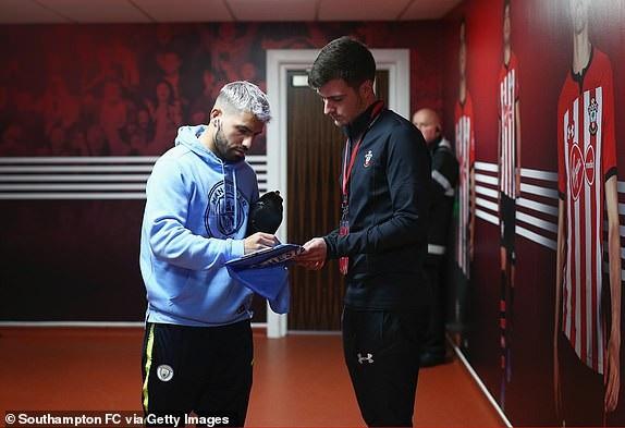 Aguero cho chữ ký một người hâm mộ trong đường hầm