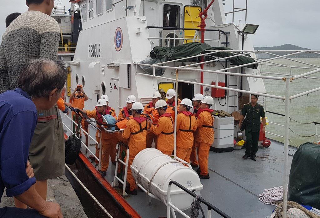 Cứu 4 thuyền viên bị nạn trên tàu nước ngoài trong thời tiết xấu, biển động - Ảnh 1.