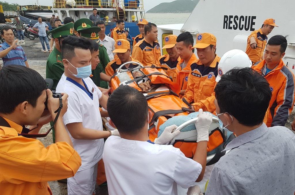 Cứu 4 thuyền viên bị nạn trên tàu nước ngoài trong thời tiết xấu, biển động - Ảnh 2.