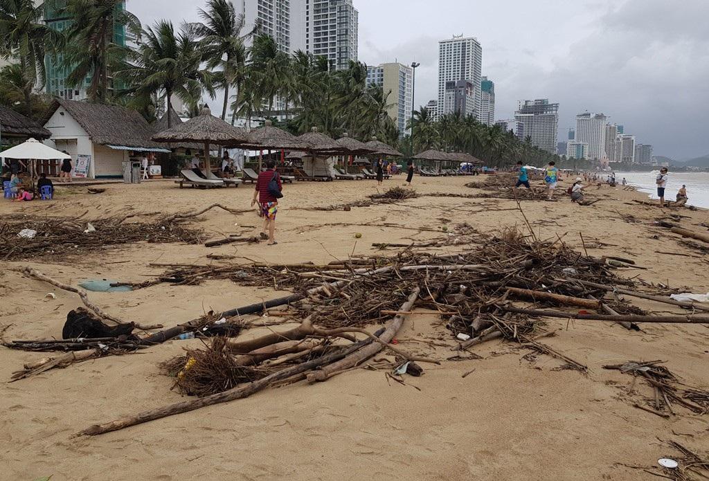 Nha Trang: Bãi biển vắng khách vì hàng tấn rác dạt vào bờ sau mưa lũ - Ảnh 4.