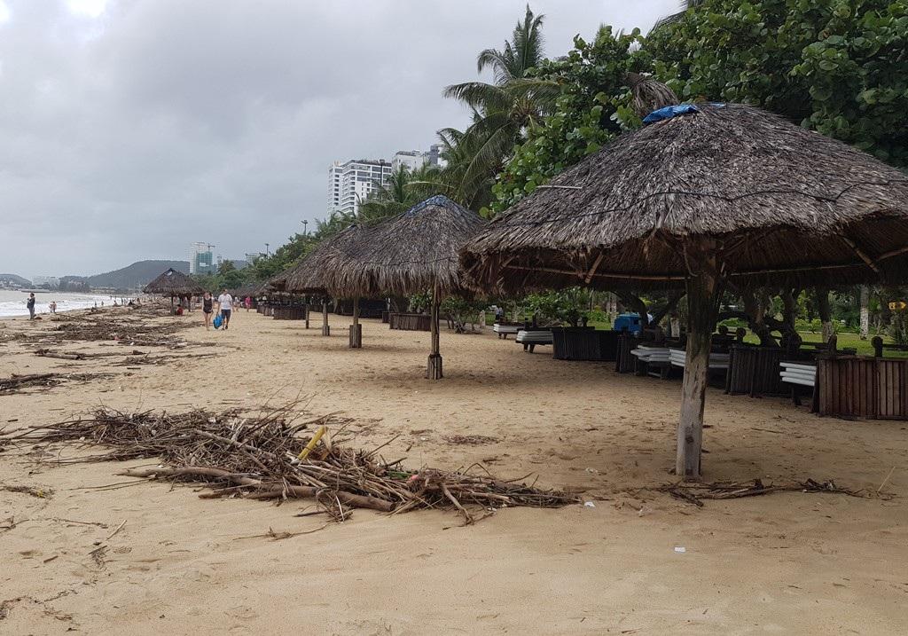 Nha Trang: Bãi biển vắng khách vì hàng tấn rác dạt vào bờ sau mưa lũ - Ảnh 8.