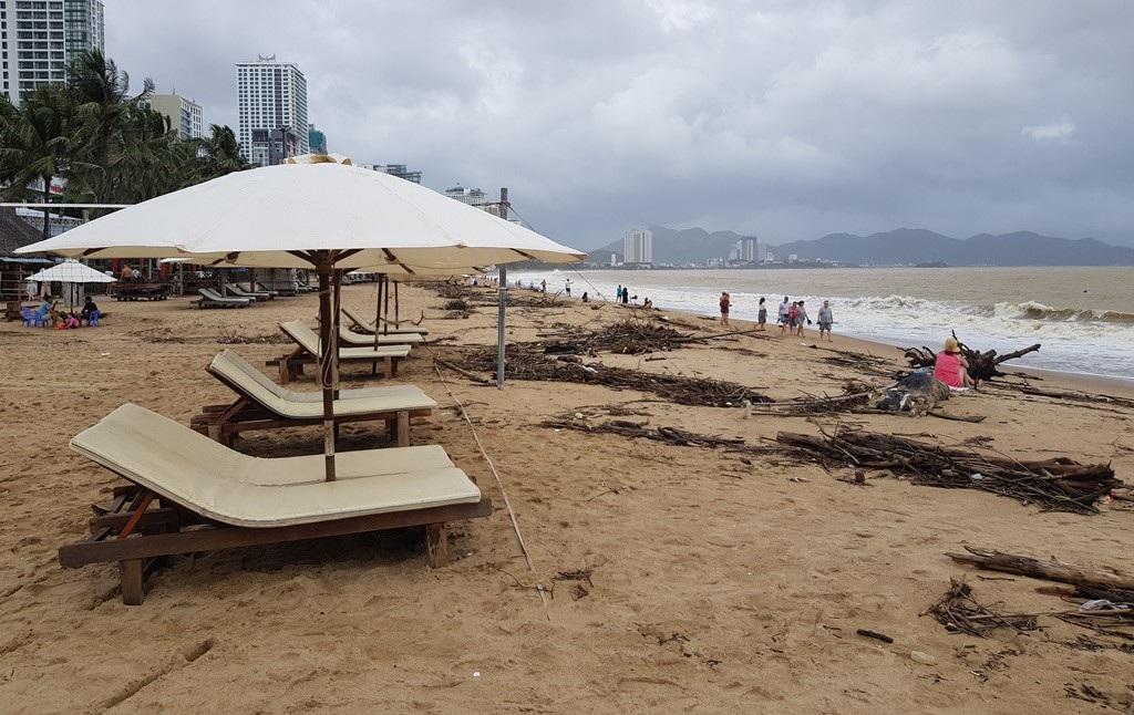 Nha Trang: Bãi biển vắng khách vì hàng tấn rác dạt vào bờ sau mưa lũ - Ảnh 9.