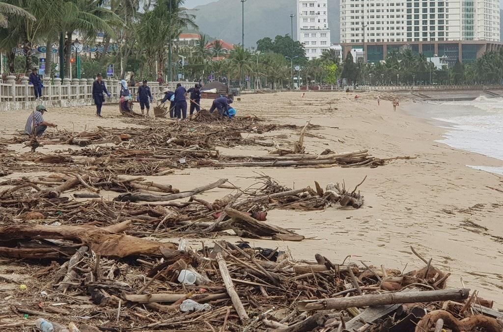 Nha Trang: Bãi biển vắng khách vì hàng tấn rác dạt vào bờ sau mưa lũ - Ảnh 11.