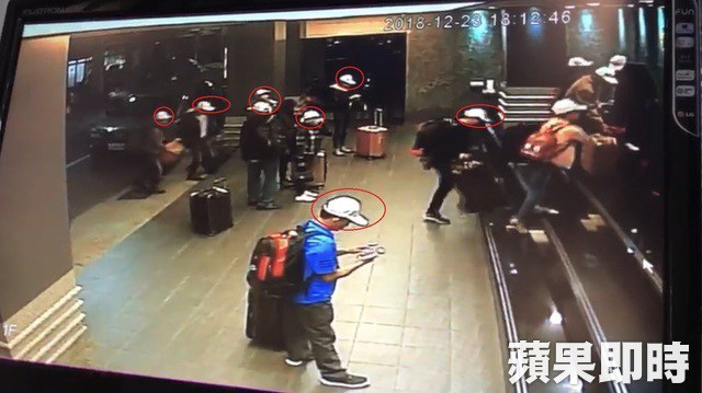 Ngày 23/12, nhóm khách này dường như dùng mũ lưỡi trai trắng để làm tín hiệu nhận dạng (Ảnh: Apple Daily)