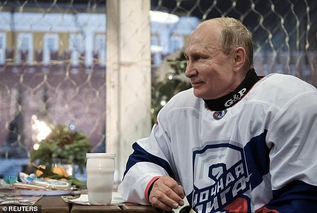 Tổng thống Putin so tài khúc côn cầu với các quan chức Nga tại Quảng trường Đỏ - Ảnh 2.
