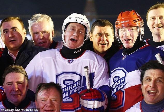 Tổng thống Putin so tài khúc côn cầu với các quan chức Nga tại Quảng trường Đỏ - Ảnh 10.