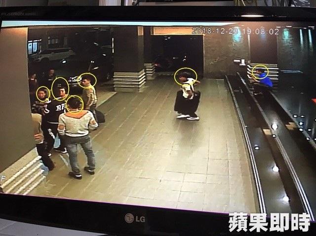 Trong khi đó, vào cùng ngày, một nhóm khách khác không đội mũ và đứng nói chuyện ở sảnh khách sạn ở Cao Hùng và dường như chưa có đấu hiệu sẽ tách đoàn (Ảnh: Apple Daily)