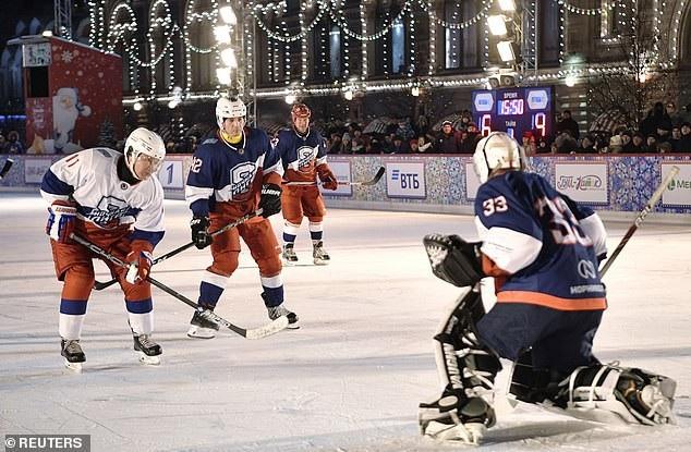 Tổng thống Putin so tài khúc côn cầu với các quan chức Nga tại Quảng trường Đỏ - Ảnh 6.