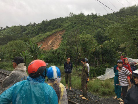 Vụ lở đất kinh hoàng ở Khánh Hoà: Xác định danh tính 3 nạn nhân tử vong - Ảnh 1.