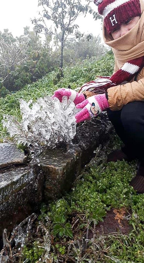 Du khách thích thú với băng tuyết phủ trắng đỉnh Mẫu Sơn - 16