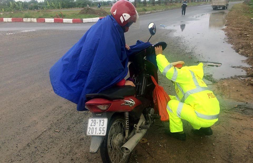 CSGT Hà Nội đưa 3 mẹ con hỏng xe về nhà giữa trời mưa rét - Ảnh 1.