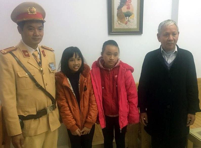 CSGT Hà Nội đưa 3 mẹ con hỏng xe về nhà giữa trời mưa rét - Ảnh 2.