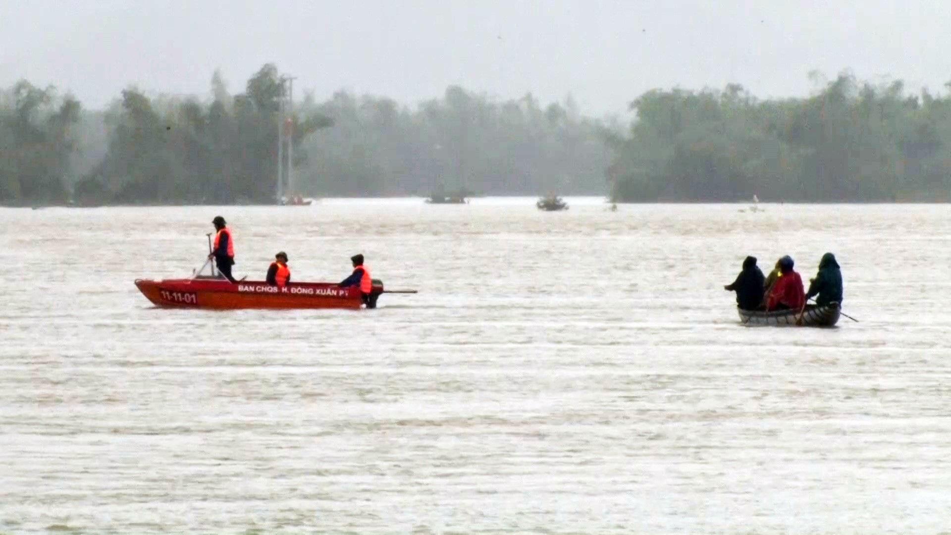 Hồ thủy điện thủy lợi tiếp tục xả lũ, 1 người bị lũ cuốn trôi - Ảnh 3.