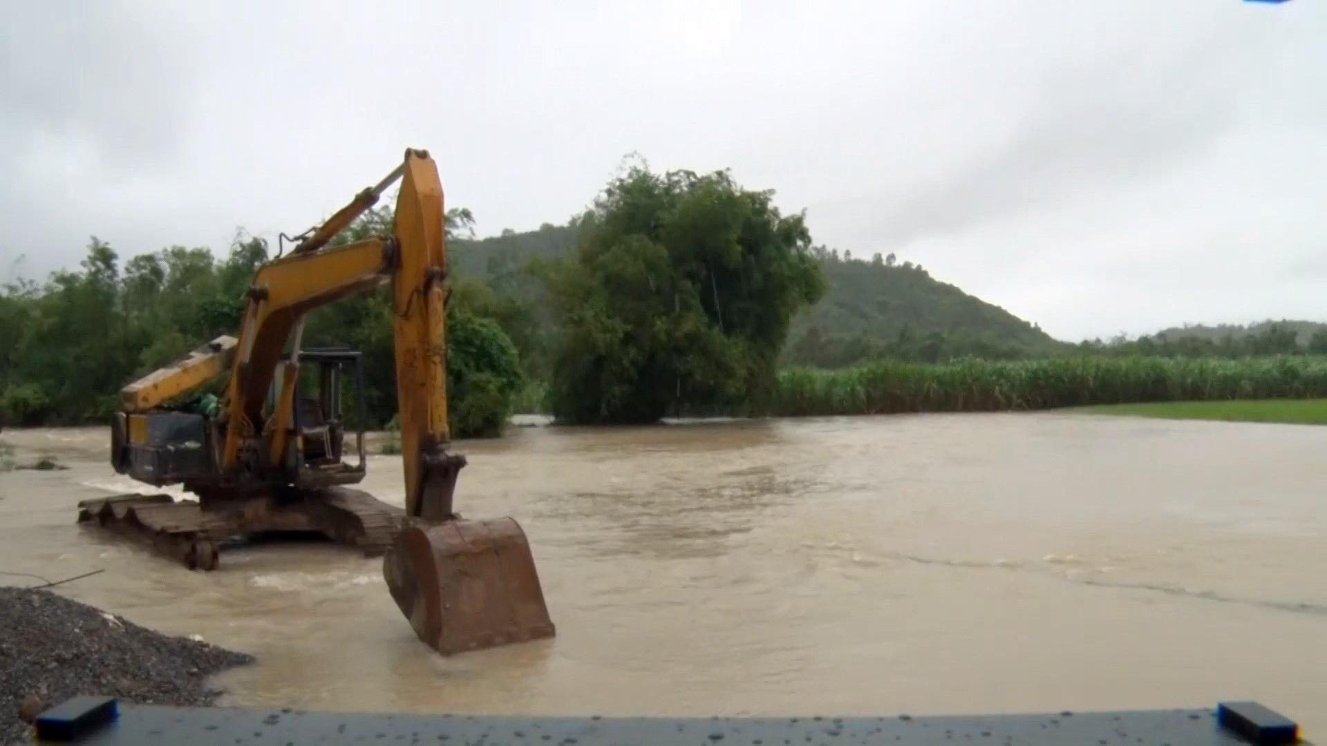 Hồ thủy điện thủy lợi tiếp tục xả lũ, 1 người bị lũ cuốn trôi - Ảnh 4.