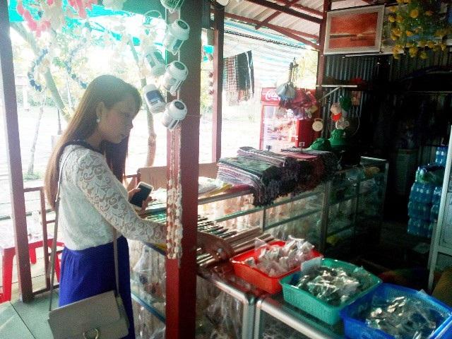 Du khách đến Đất Mũi tham quan, mua sắm đồ lưu niệm làm từ cây đước.