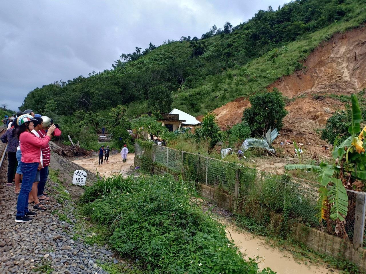 Nhân chứng kể về vụ lở đất khiến 3 người cùng một gia đình tử vong - Ảnh 2.