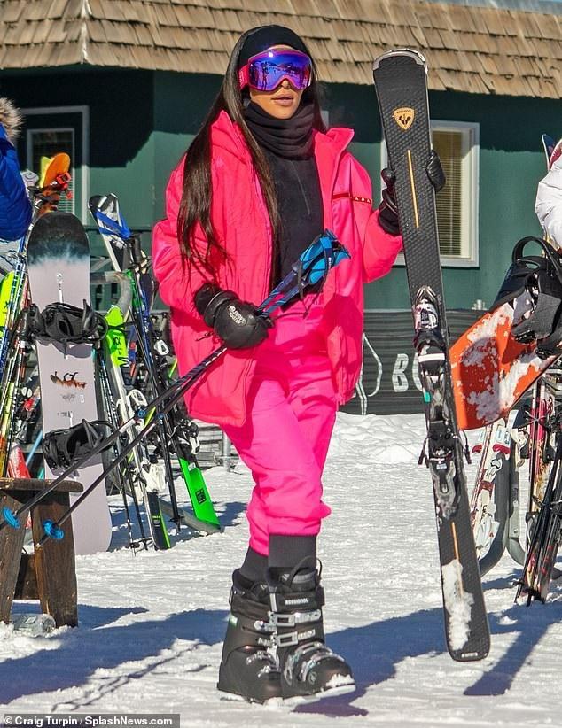 Người đẹp siêu vòng ba diện đồ trượt tuyết của Prada giá hơn 3000 USD