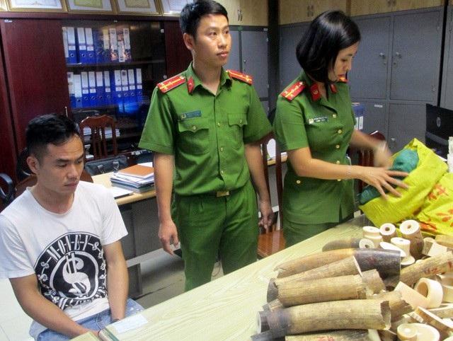 Cảnh sát kiểm đếm số nga voi thu giữ của Nguyễn Hữu Tiễn.