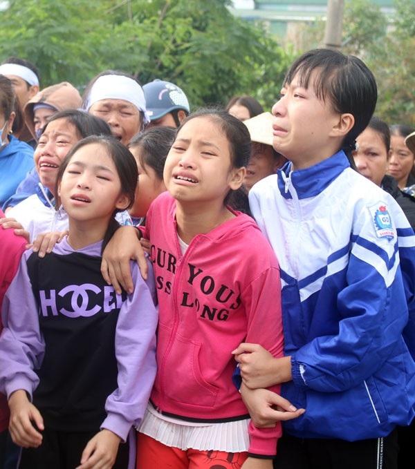 Rất đông người dân, thầy cô, bạn bè cùng lớp của hai anh em Từ Bá Thuần và cháu Từ Thị Ngọc Anh khóc nức nở khi chứng kiến cảnh 2 đứa trẻ chuẩn bị tiễn đưa mẹ về theo cha.