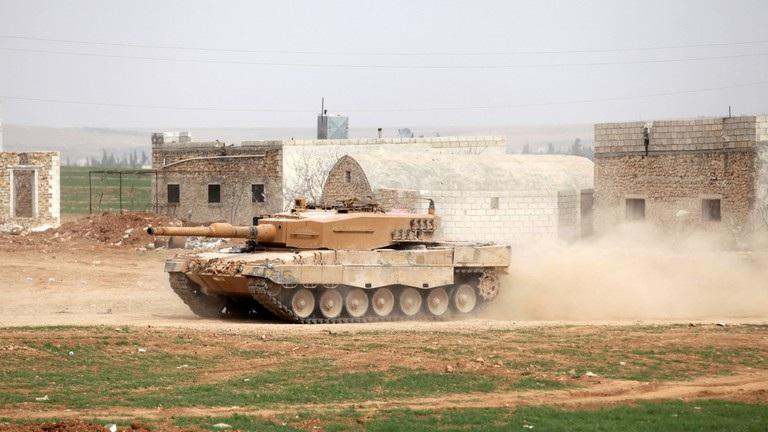 Thổ Nhĩ Kỳ tiếp tục triển khai xe tăng và khí tài tới sát Syria - Ảnh 1.