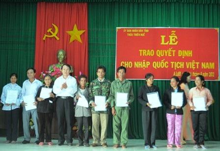 Trao quyết định cho những người nhập quốc tịch Việt Nam (Ảnh minh hoạ).