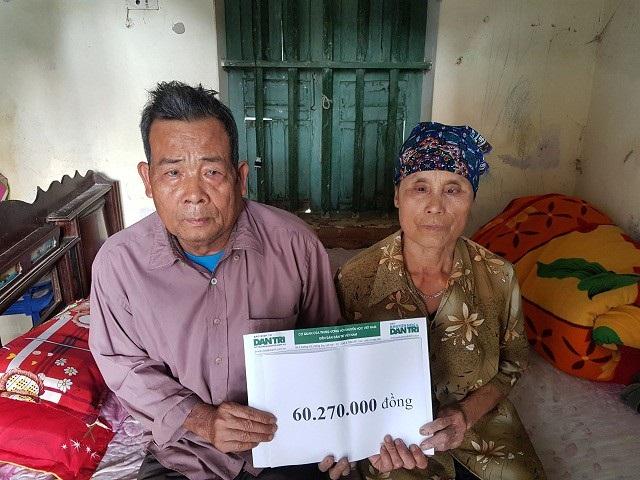 Ông bà ngoại bé Khang nhận quà bạn đọc trợ giúp