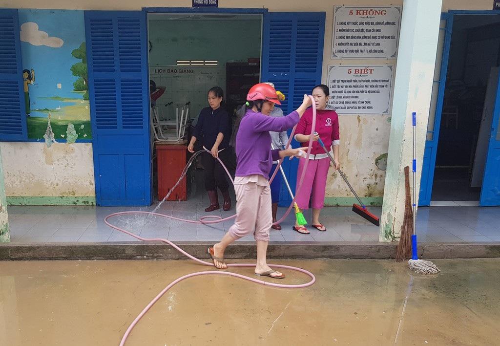 Đang nghỉ Tết Dương lịch, giáo viên vẫn tất bật dọn bùn do mưa lũ - Ảnh 2.