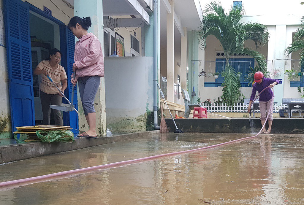 Đang nghỉ Tết Dương lịch, giáo viên vẫn tất bật dọn bùn do mưa lũ - Ảnh 3.
