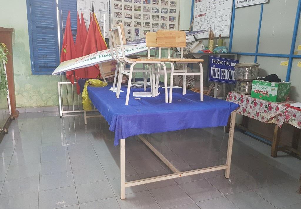 Đang nghỉ Tết Dương lịch, giáo viên vẫn tất bật dọn bùn do mưa lũ - Ảnh 7.