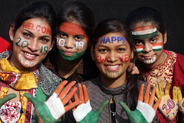 Những cô gái Ấn Độ hóa trang đón năm mới. (Ảnh: EPA)