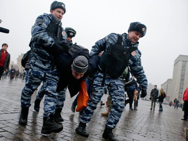 Cảnh sát Nga tiến hành một vụ bắt giữ (Ảnh minh họa: Reuters)