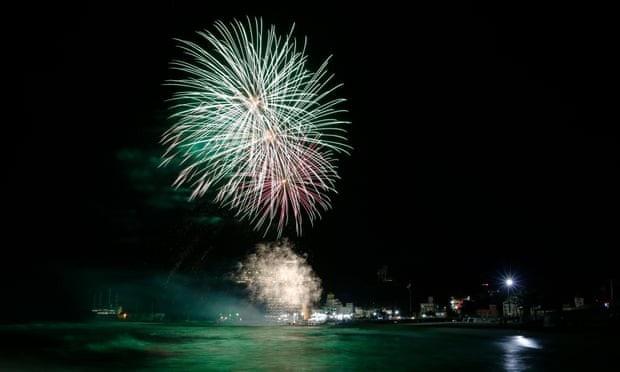 Pháo hoa rực sáng tại bãi biển Jeongdongjin ở Gangneung, Hàn Quốc. (Ảnh: EPA)