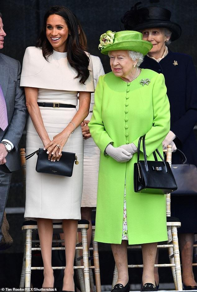 Công nương nước Anh Meghan Markle mang chiếc ví cầm tay Givenchy giá 850 bảng Anh dự sự kiện cùng Nữ hoàng
