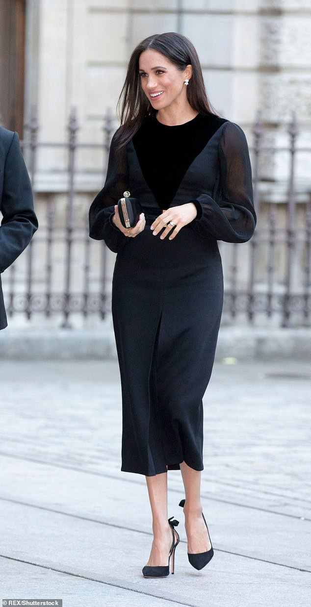 Chiếc ví nhỏ này của Givenchy giá cũng lên tới 1500 bảng Anh