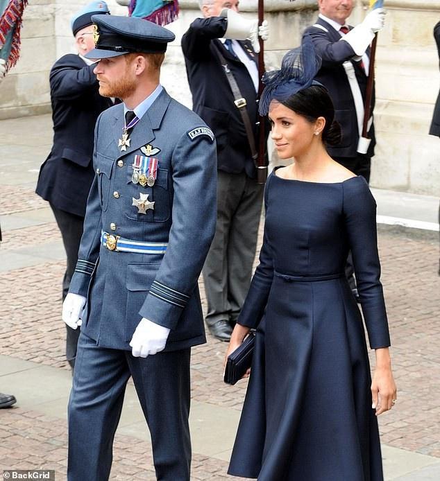 Meghan mang ví Dior giá 1,400 bảng Anh