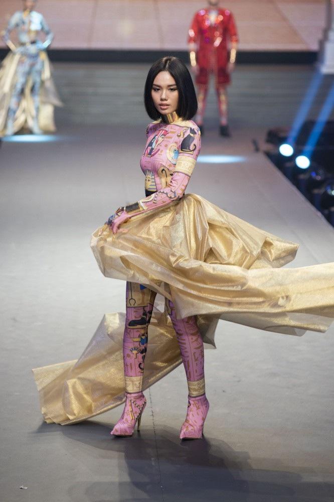 Siêu mẫu Thanh Hằng bật khóc khi học trò trở thành Quán quân The Face 2018 - Ảnh 12.