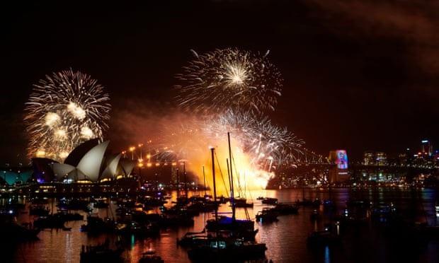 Pháo hoa thắp sáng bầu trời ở phía trên cầu cảng Sydney và Nhà hát Opera. (Ảnh: Getty)