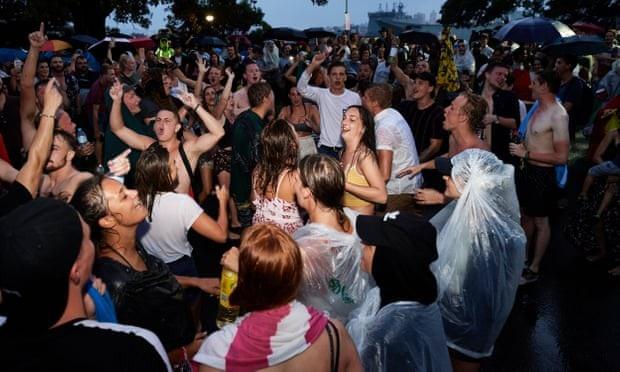 Người dân Sydney mở đại tiệc dưới mưa để chờ khoảnh khắc pháo hoa thắp sáng bầu trời thành phố. (Ảnh: Getty)