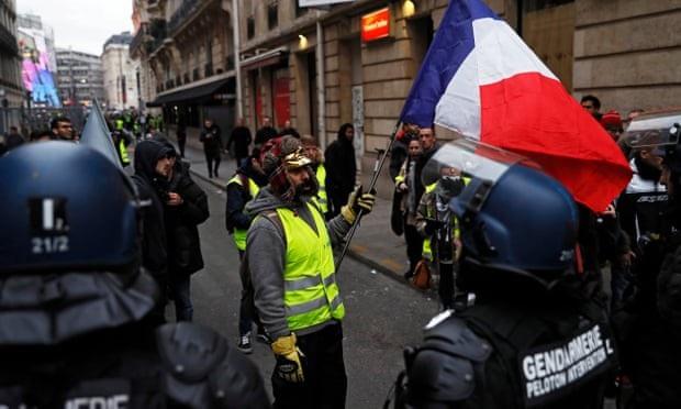 Cảnh sát chống bạo động Pháp ngăn chặn người biểu tình tại Champs Elysees, Paris hôm 29/12. (Ảnh: EPA)