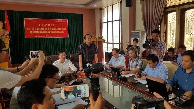 Chiều 17/7, Bộ GD&ĐT phối hợp cùng UBND tỉnh Hà Giang họp báo công bố về điểm thi bất thường trong kì thi THPT quốc gia 2018. (Ảnh: Kiên Trung)