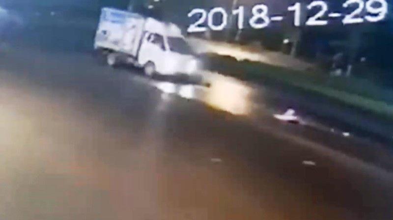 Lái xe tải tông cụ bà đi xe đạp rồi bỏ chạy - Ảnh 2.