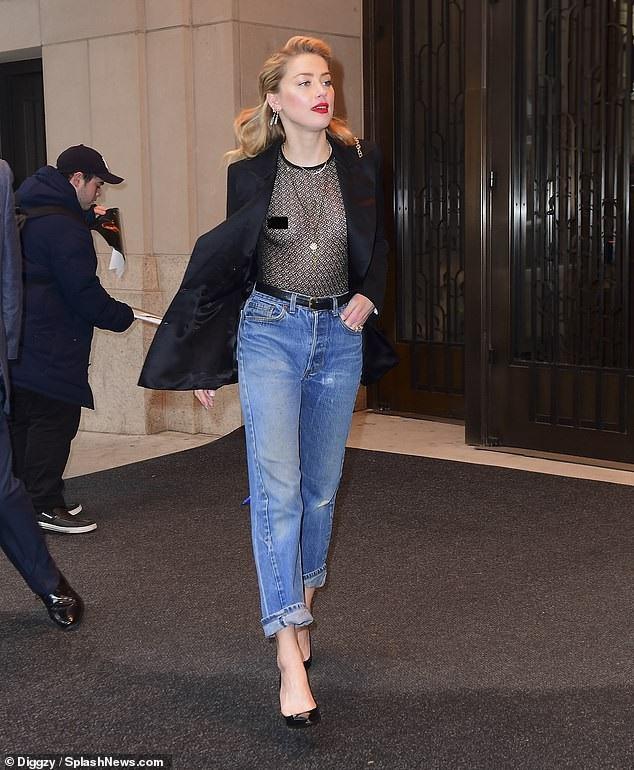 Amber Heard thản nhiên mặc áo xuyên thấu không nội y khi xuất hiện trên đường phố New York ngày 3/12 vừa qua