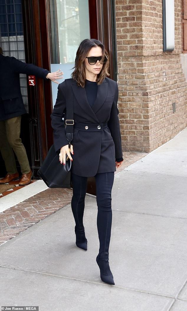 Victoria Beckham diện áo khoác 4000 USD do cô thiết kế