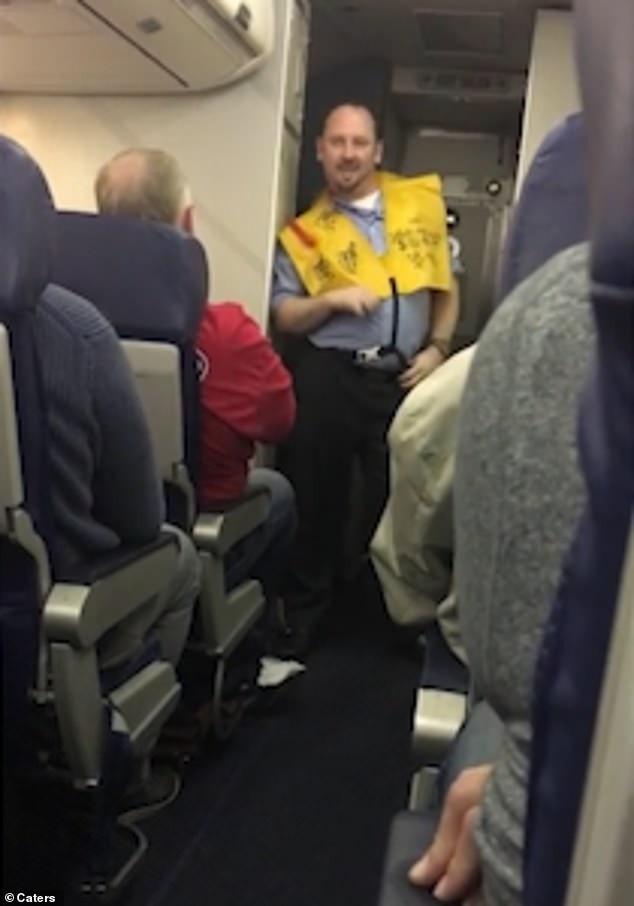 Các hành khách tỏ ra thích thú trước màn biểu diễn này