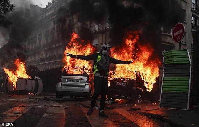 Tại thủ đô Paris, người biểu tình quá khích châm lửa thiêu rụi xe hơi, ném bom khói về phía lực lượng an ninh, đập phá cơ sở hạ tầng, thậm chí là trộm cắp. (Ảnh: Reuters)