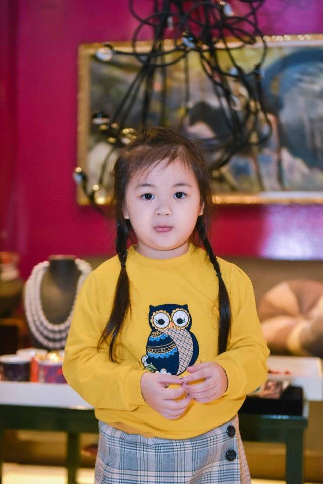Bé Bồ Câu đã gần 4 tuổi và đang học ở một ngôi trường quốc tế tại Hà Nội. Maya cho biết, lúc mới từ Mỹ về Việt Nam, Bồ Câu khá lạ lẫm với môi trường sống ở trong nước nên tính cách hơi lì. Tuy nhiên hơn 3 năm, cô bé đã rất hiếu động, hòa đồng và ngày càng thích ăn mặc điệu đà.