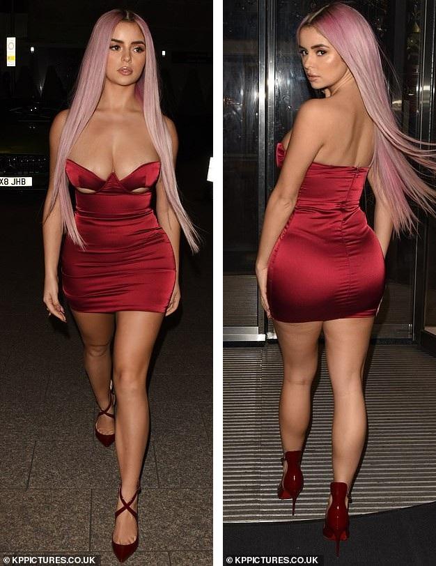 Demi Rose tới dự tiệc tại London, Anh, tối 3/12. Cô thu hút mọi ánh nhìn khi diện chiếc váy bằng lụa ôm sát cơ thể, khoe tuyệt đối đường cong bốc lửa.